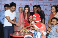 Aishwarya-Rai-Bachchan-Celebrate-Christmas-With-Cancer-Survivors-Childrens-Photos-(10)