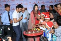 Aishwarya-Rai-Bachchan-Celebrate-Christmas-With-Cancer-Survivors-Childrens-Photos-(11)