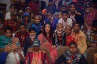 Aishwarya-Rai-Bachchan-Celebrate-Christmas-With-Cancer-Survivors-Childrens-Photos-(14)
