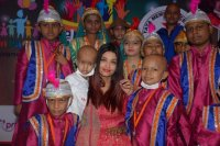 Aishwarya-Rai-Bachchan-Celebrate-Christmas-With-Cancer-Survivors-Childrens-Photos-(15)