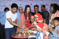 Aishwarya-Rai-Bachchan-Celebrate-Christmas-With-Cancer-Survivors-Childrens-Photos-(17)