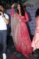 Aishwarya-Rai-Bachchan-Celebrate-Christmas-With-Cancer-Survivors-Childrens-Photos-(19)