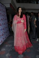 Aishwarya-Rai-Bachchan-Celebrate-Christmas-With-Cancer-Survivors-Childrens-Photos-(3)