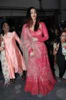 Aishwarya-Rai-Bachchan-Celebrate-Christmas-With-Cancer-Survivors-Childrens-Photos-(4)