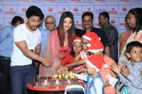 Aishwarya-Rai-Bachchan-Celebrate-Christmas-With-Cancer-Survivors-Childrens-Photos-(8)