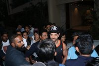 Hrithik-Roshan-Celebrates-His-45th-Birthday-With-Fans-Photos-(4)