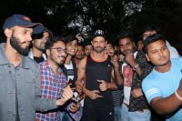 Hrithik-Roshan-Celebrates-His-45th-Birthday-With-Fans-Photos-(5)