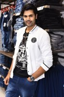 Ganesh-Venkatraman-at-MAX-Store-Launch-Stills-(3)