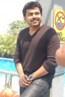 Karthi-at-Paiyaa-Press-Meet-(8)