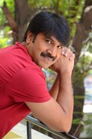 Jamba-Lakidi-Pamba-Hero-Srinivas-Reddy-Interview-Stills-(18)